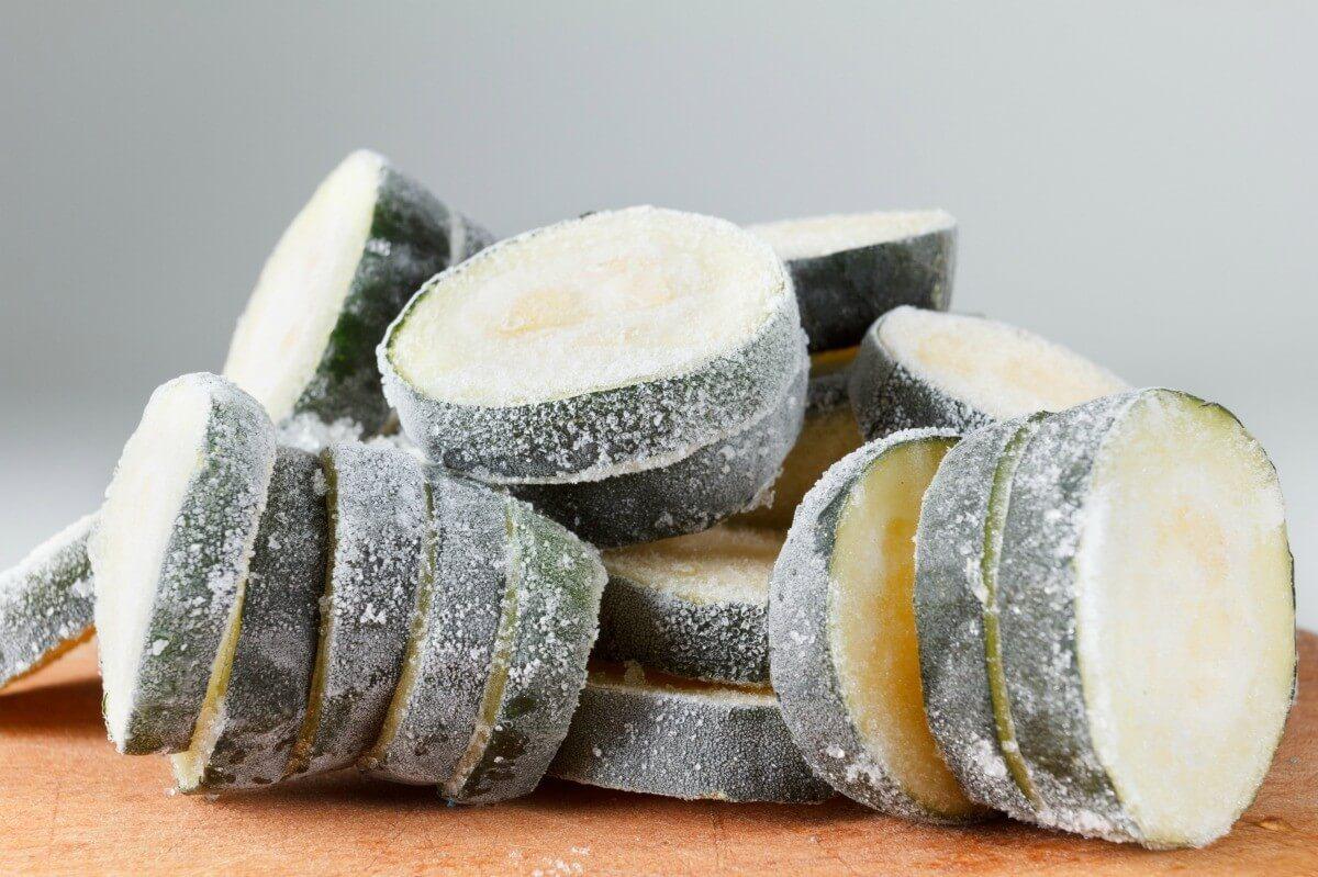 Можно ли и как заморозить кабачки на зиму в морозилке свежими
