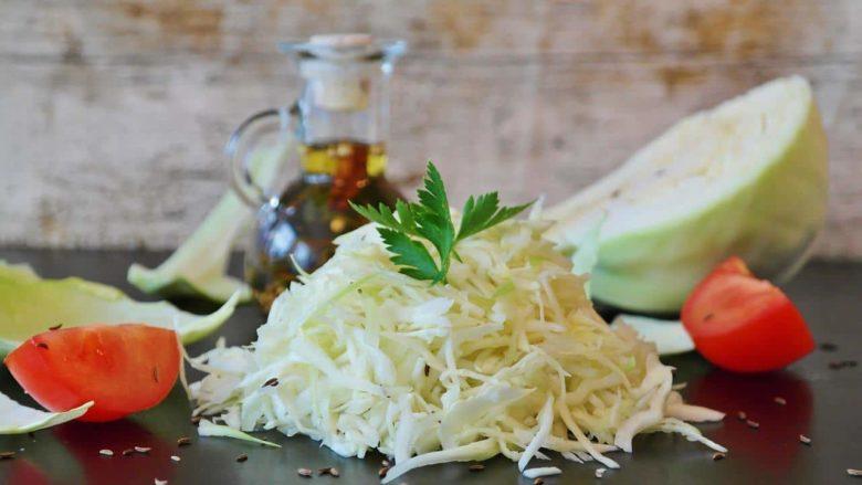 """Капуста — кладезь витаминов, один из самых популярных салатов так и называется, """"Витаминный"""""""