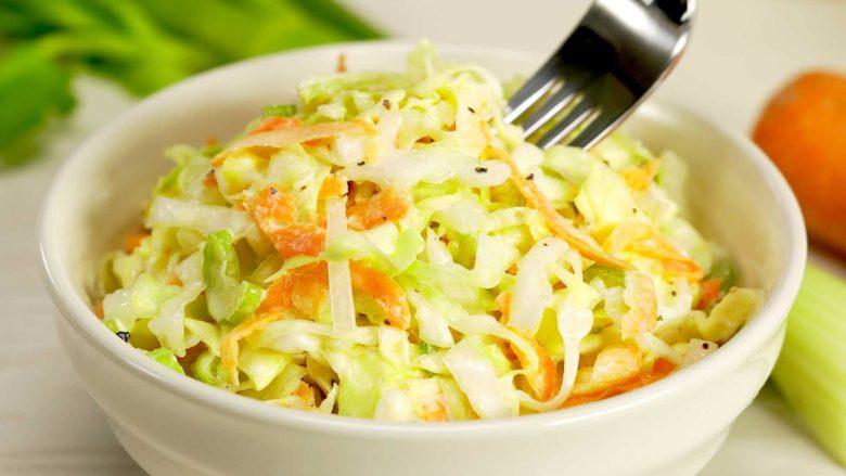 Красиво измельченная капуста аппетитно смотрится в тарелке