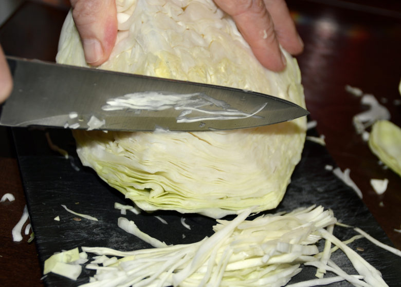 Обычный нож должен быть с широким лезвием и хорошо заточенным