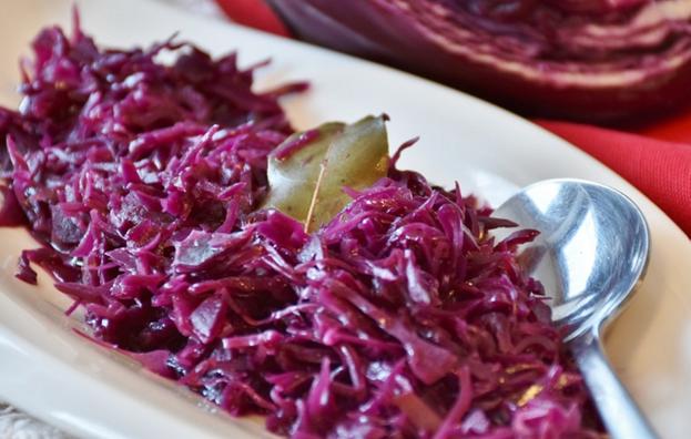 Салат из красной маринованной капусты