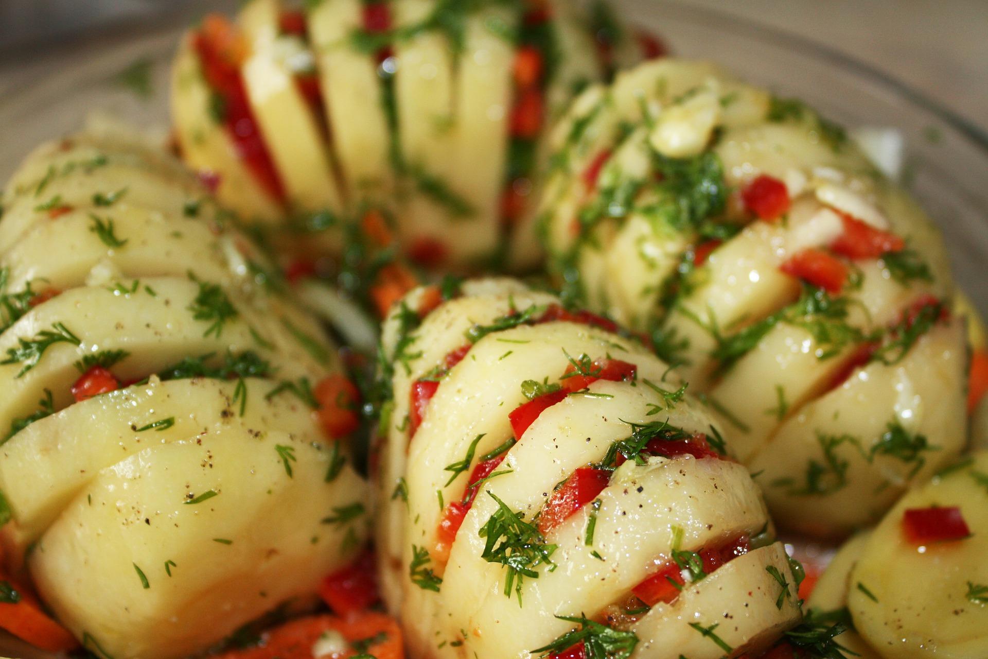 Гармошки можно сделать цветными, положив в прорези овощи разных цветов