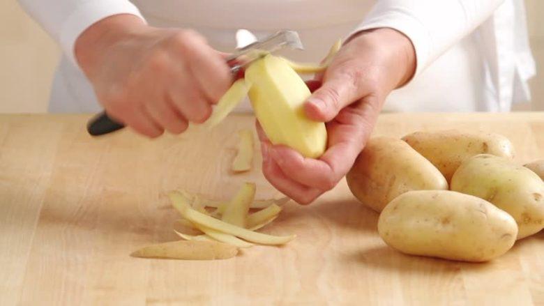 Картофель легко почистить специальной овощечисткой