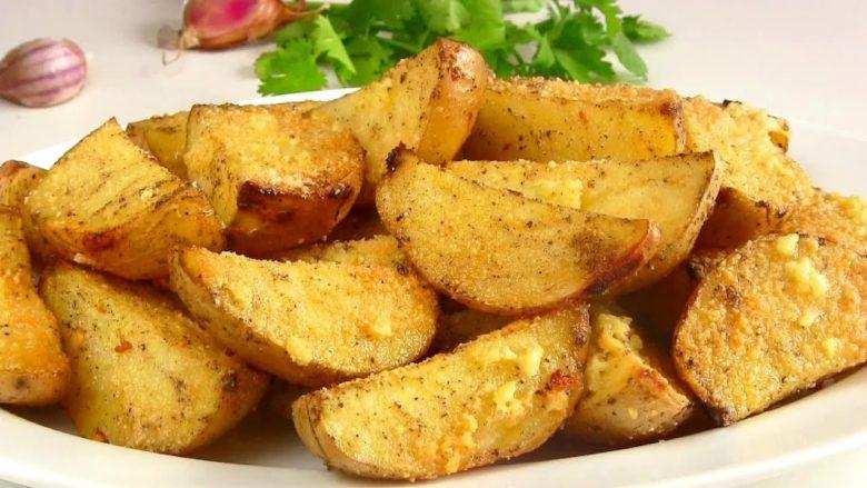 Картофельные дольки с чесноком будут отличным гарниром к мясу
