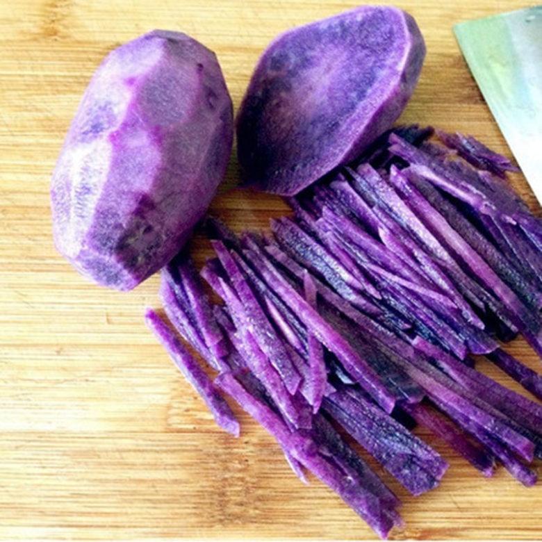 Очищенный ранний фиолетовый картофель